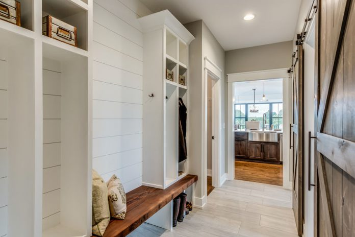 14 Tips on How to Organize a Mudroom